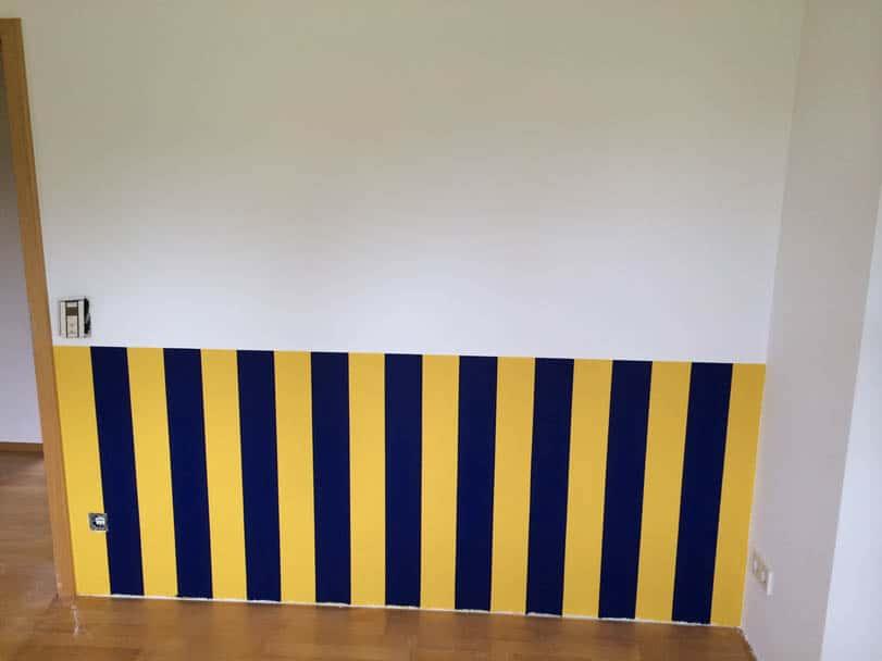 Innnenausbau in Süssen: Silikatspritzputz mit Farbanstich im Sockelbereich blau-gelb, darunter Magnetfarbe.