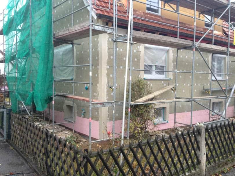 Fassadendämmung mit Mineralfaserplatten an der Fassade. Hier wird Energie gespart.
