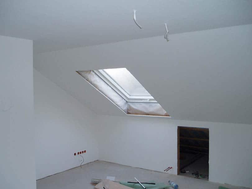 Dachgeschoß tapeziert und weiß gestrichen