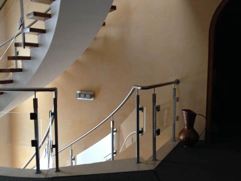 Kalkfeinputz leicht strukturiert und gebürstet im Treppenhaus