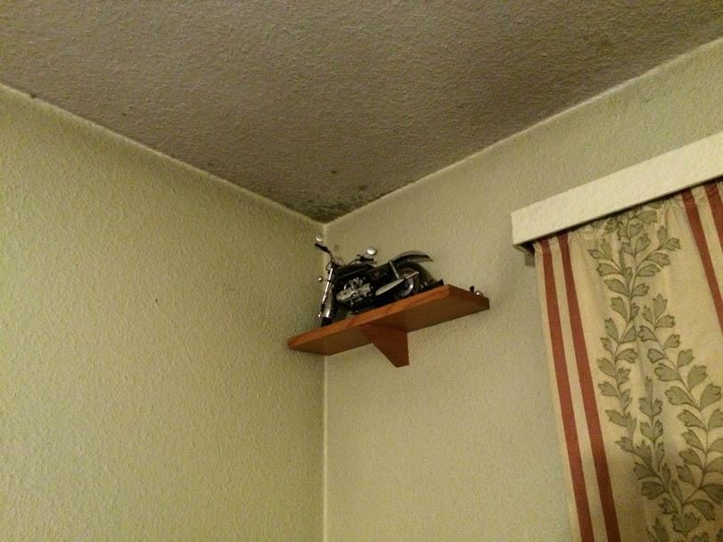 Schimmel im Schlafzimmer an der Außenwand am Übergang Wand-Decke und Außeneck