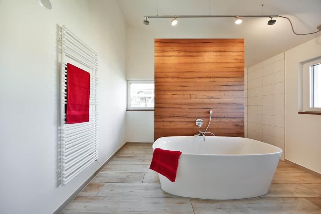 Ob im Bad, Schlaf- oder Wohnzimmer: Das mineralische Regu-lierputzsystem verknüpft höchste Funktionalität mit vollendet edlen Oberflächen.
