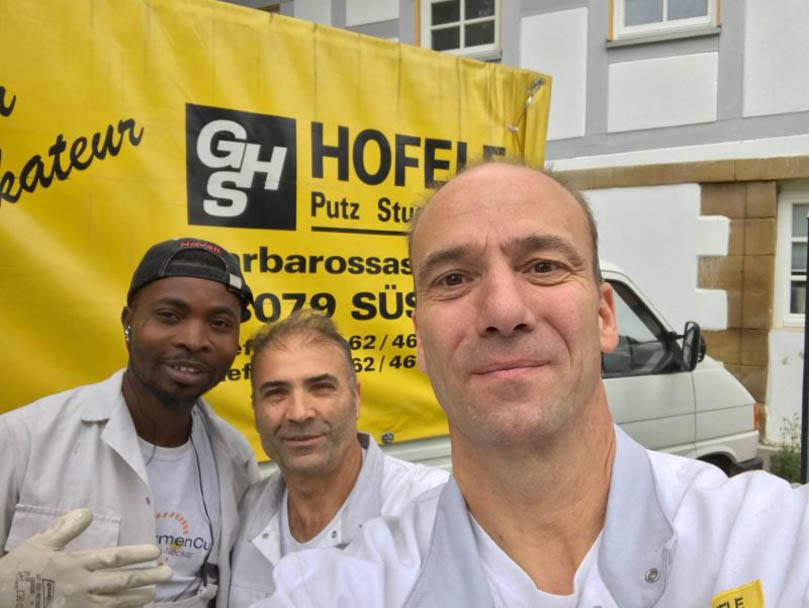 Foto mit Praktikant Segun bei Hofele Stuckateur und Maler in Süßen/ Kreis Göppingen
