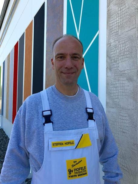 Steffen Hofele vor seiner Outdoor-Ausstellung bei Stuckateur und Maler-Betrieb Süssen, Kreis Göppingen