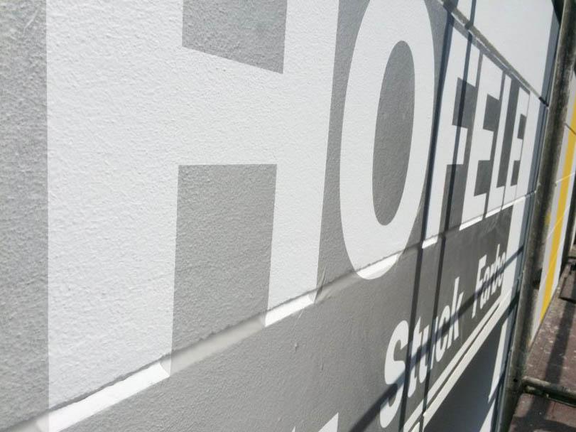 Firmenlogo von Hofele Stuckateur und Maler aus Süssen wird mittels Schablone angebracht