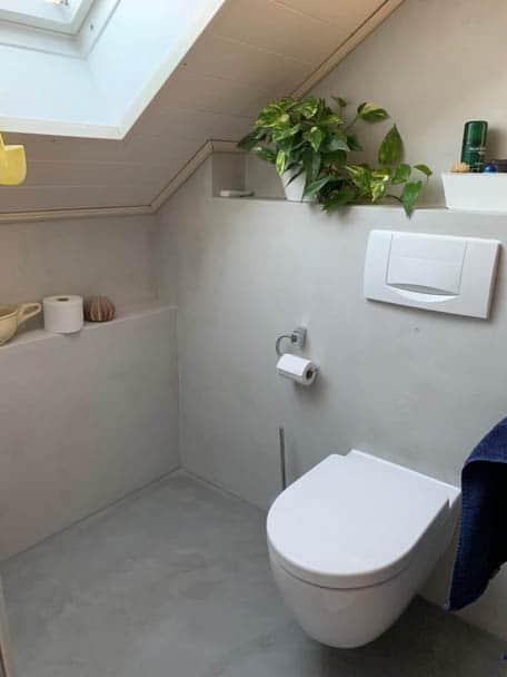 Badezimmer mit Toilette in fugenloser Optik