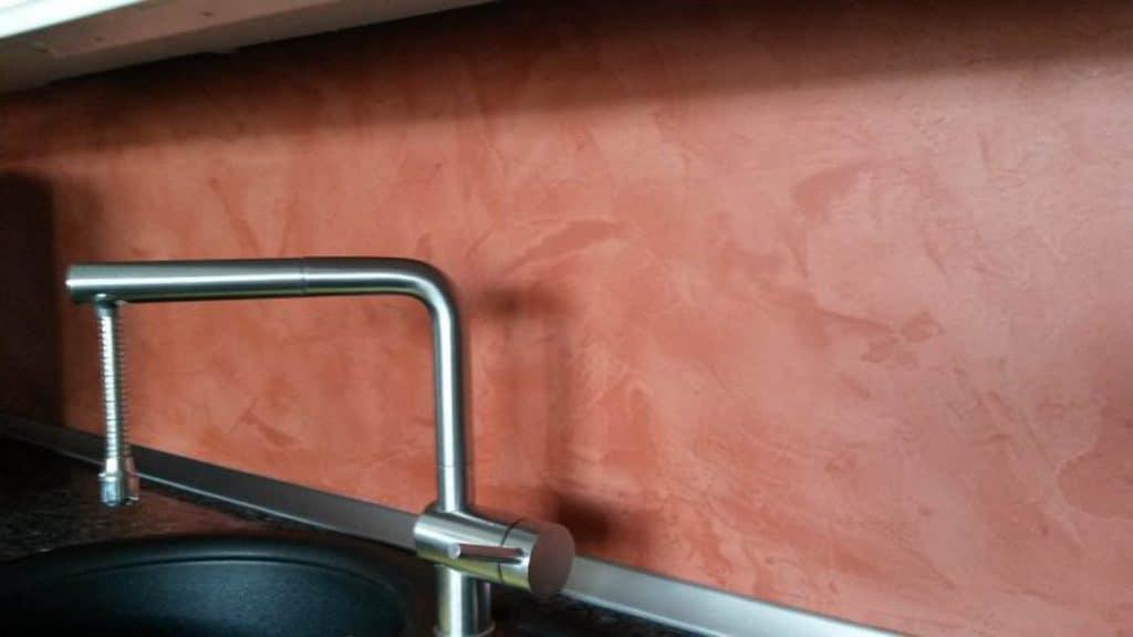 Küchenrückwand mit fugenloser Beschichtung in einem hellen Rotton