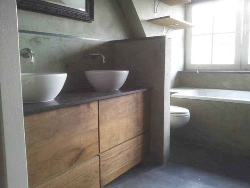 Fugenloses Badezimmer mit gespachtelten Obeflächen an Wand und Boden