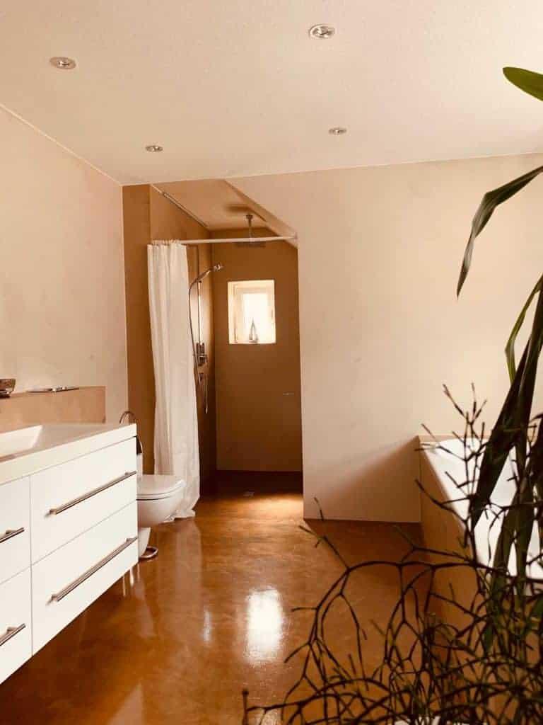 Einblick in ein fugenloses hangespachteltes Badezimmer