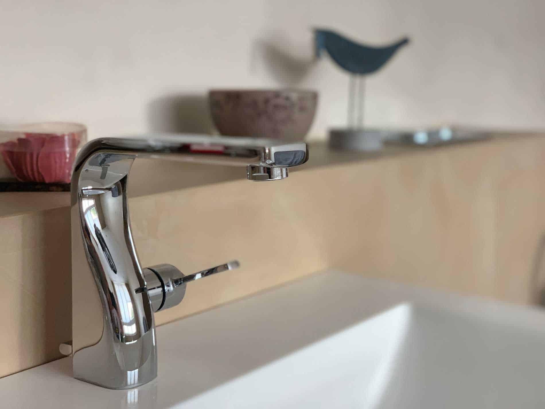 Detailfoto eines fugenlosen hangespachtelten Badezimmers